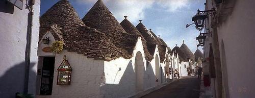 白壁と灰色の円い屋根