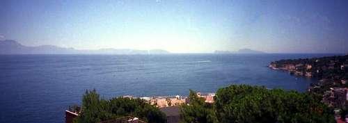 ナポリから見えるカプリ島