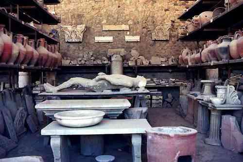 市民の遺骸を象った石膏像