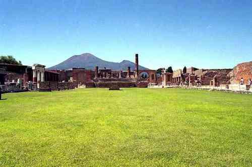 市民広場からのヴェスヴィオ山