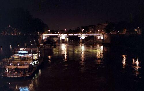 夜のテヴェレ川